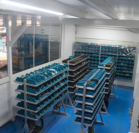 Prateleiras com caixas diversas separadoras