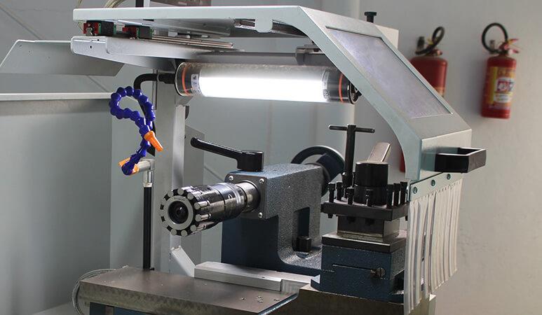 Foto ampliada de uma ferramenta para erosão de metais